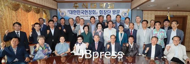 우석대학교, '대한민국 헌정회' 초 청…지역 현안 논의_단체사진.jpg