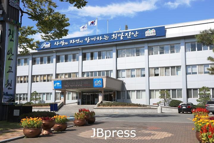 10-21 진안군, 태풍으로 인한 위험목 제거 앞장(진안군청 전경사진).JPG