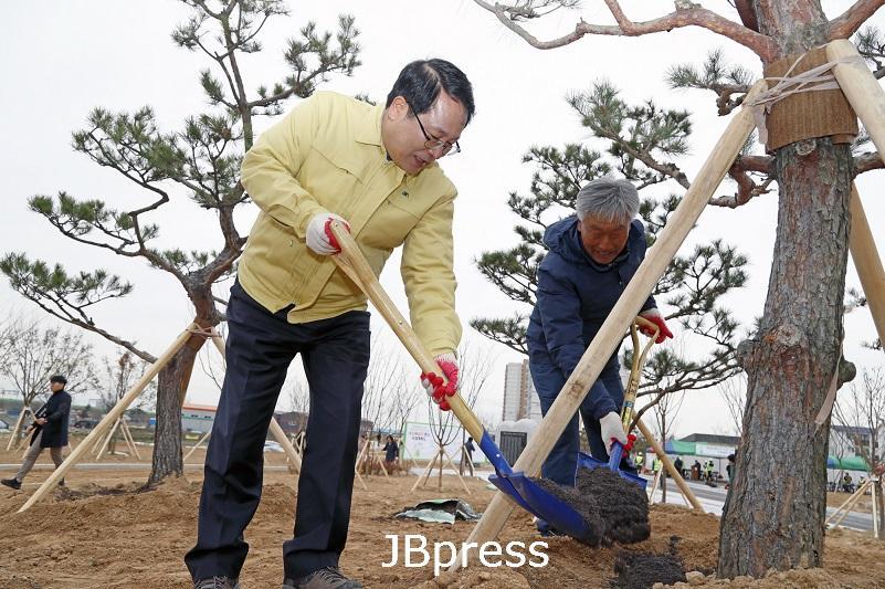 시민참여 내 나무심기 행사 성료 - 나무심기 행사.jpg