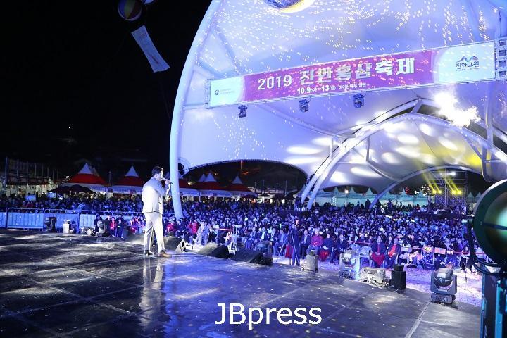 12-2 진안홍삼축제, 전라북도 최우수축제 선정(트로트페스티벌 사진).jpg