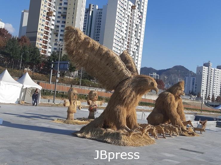 부안 계화면 볏짚공예품, 서울 중랑천 전시.jpg