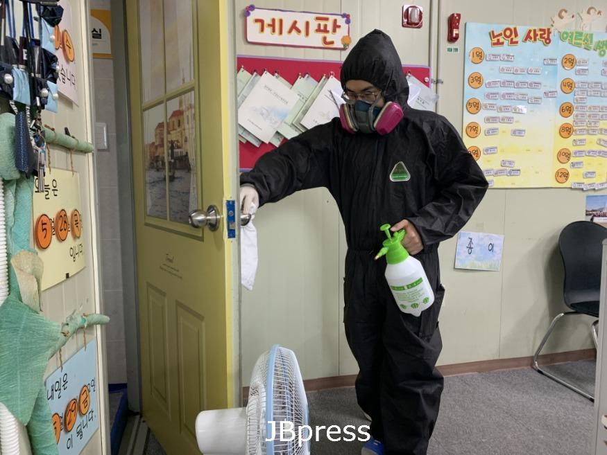 노인사랑노인복지센터 방근석 사회 복무요원 방역사진 (15).jpg