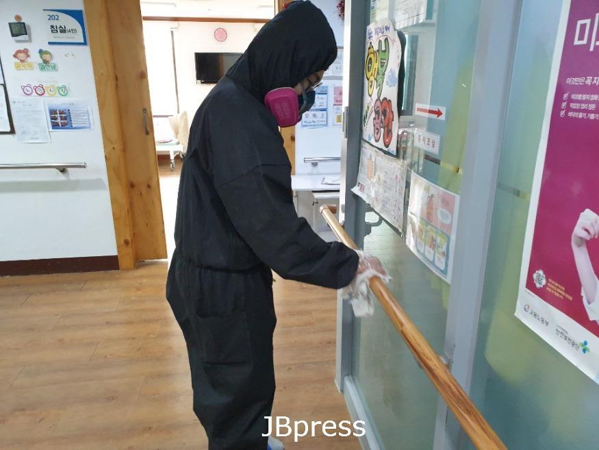 노인사랑노인복지센터 방근석 사회 복무요원 방역사진 (18).jpg